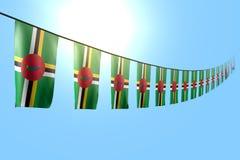 Merveilleux beaucoup de drapeaux ou de banni?res de la Dominique accroche la diagonale sur la ficelle sur le fond de ciel bleu av illustration de vecteur
