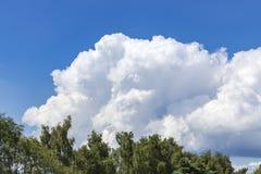 Merveilleux comment les cumulus blancs se tiennent contre un ciel bleu photo stock