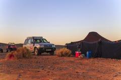Merzouga,摩洛哥- 2016年2月25日:在沙漠帐篷之外的汽车 免版税库存照片