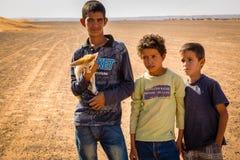 Merzouga,摩洛哥- 2016年11月03日:有Fennec的巴巴里人男孩 图库摄影