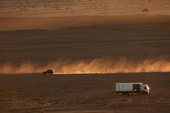 Merzouga, Maroc - 4 décembre 2018 : autocaravana de camion, desierto d'EL d'en d'atardecer d'Al de polvo de levantando de coche d photos libres de droits
