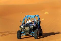 Merzouga Marocko - Februari 22, 2016: Blå polstjärnan RZR 800 och pilot Arkivfoton