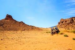 Merzouga Marocko - Februari 26, 2016: tillbaka sikt på den stora kanjonen med Royaltyfria Bilder