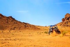 Merzouga Marocko - Februari 26, 2016: tillbaka sikt på den stora kanjonen med Arkivfoto
