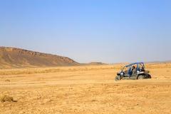 Merzouga Maroko, Feb, - 24, 2016: tylny widok na błękitnym Polaris RZR 800 z nim jest pilotami w Maroko pustyni blisko Merzouga M Obrazy Royalty Free