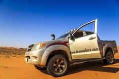 Merzouga, Marrocos - 25 de fevereiro de 2016: Carro de prata com porta da rua aberta no deserto imagens de stock