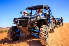 Merzouga, Marrocos - 21 de fevereiro de 2016: o Polaris azul RZR 800 alinhou e postou sem o piloto no deserto de Marrocos perto d fotos de stock royalty free