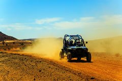 Merzouga, Marrocos - 23 de fevereiro de 2016: Vista dianteira no Polaris azul RZR imagem de stock royalty free