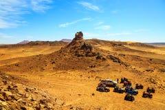 Merzouga, Marrocos - 26 de fevereiro de 2016: vista superior no grupo de fora de estrada foto de stock