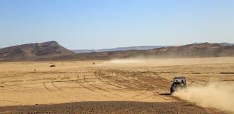 Merzouga, Marruecos - 25 de febrero de 2016: opinión panorámica sobre los convoyes de coches campo a través en el desierto de Mar Fotos de archivo