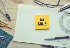 Mes buts textotent avec le bloc-notes sur la table de travail avec des éléments des outils, photographie stock