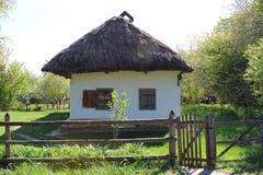 Mes chaussures en caoutchouc kaki avec l'herbe et le vieux moulin dans la campagne Images libres de droits