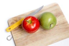 Mes en Groene appel met scherpe raad op witte achtergrond Stock Foto
