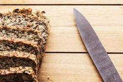 Mes en volkorenmeel, wholewheat brood op houten lijst Organisch, gezond voedsel royalty-vrije stock afbeeldingen