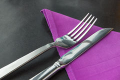 Mes en vork met violet servet Royalty-vrije Stock Foto