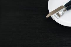 Mes en vork op een plaat Stock Foto's