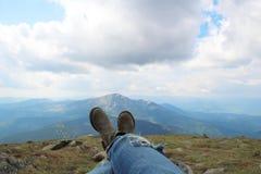 Mes jeans et bottes avec la vue des montagnes étonnante ! Photographie stock
