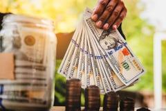 Mes mains et planification financière d'argent l'idée des hommes d'affaires réussis d'Of d'homme d'affaires photographie stock libre de droits