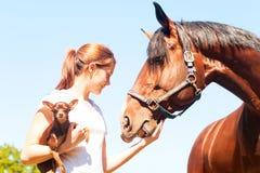 Mes meilleurs amis Fille rousse avec son chien et cheval Photos stock