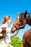 Mes meilleurs amis Fille rousse avec son chien et cheval Image libre de droits