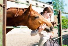 Mes meilleurs amis Fille rousse avec son chien et cheval Photo stock