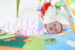 1 mes preciosos de bebé en playmat Foto de archivo libre de regalías