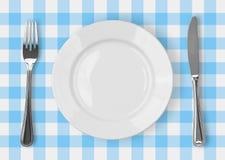 Mes, witte plaat en vork op gecontroleerd blauw stock afbeeldingen