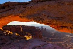 Mesa在峡谷地国家公园,犹他成拱形,在日出 免版税库存图片