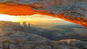 Mesa成拱形在日出在峡谷地国家公园,犹他 免版税库存照片