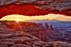 Mesa成拱形在日出, Canyonlands国家公园,犹他 图库摄影