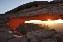 在日出的Mesa曲拱 免版税库存图片