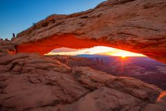Mesa曲拱在默阿布,犹他,美国附近的峡谷地国家公园 库存图片