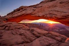 Mesa曲拱在默阿布,犹他,美国附近的峡谷地国家公园 图库摄影