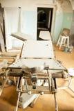 Mesa abandonada vieja del hospital y de operaciones Foto de archivo libre de regalías
