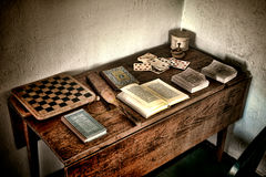 Mesa antiga do jogo com jogos velhos e os livros antigos Fotografia de Stock