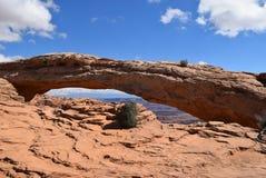 Mesa Arch är en berömd struktur i den Canyonlands nationalparken, Utah Arkivbilder