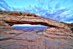 Mesa Arch bij Schemer, het Nationale Park van Canyonlands, Utah Royalty-vrije Stock Fotografie