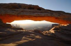 Mesa Arch Glowing bij Zonsopgang royalty-vrije stock afbeeldingen