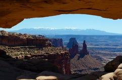 Mesa Arch Peek Through royaltyfri fotografi