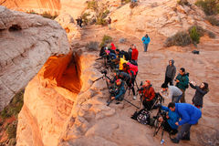 观看日出的摄影师和游人在Mesa曲拱, Canyo 免版税图库摄影