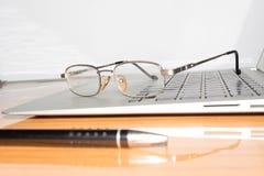 Mesa com bloco de notas aberto, pena, vidros do olho, colocados agradavelmente na tabela do escritório Vista superior com espaço  fotos de stock royalty free