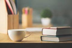 Mesa com café e fontes imagens de stock