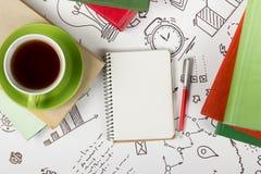 Mesa com fontes, almofada da tabela do escritório de nota vazia, copo, pena no fundo branco da estratégia empresarial Espaço da c Fotos de Stock Royalty Free