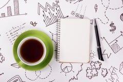Mesa com fontes, almofada da tabela do escritório de nota vazia, copo, pena no fundo branco da estratégia empresarial Espaço da c imagens de stock royalty free
