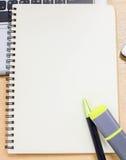 Mesa com fontes, portátil da tabela do escritório, calculadora, pena O bl Imagens de Stock