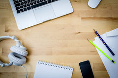 Mesa, computador, papel, telefone em uma mesa de madeira Fotografia de Stock