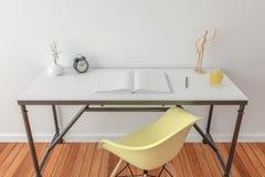 Mesa con el libro abierto - mofa Imágenes de archivo libres de regalías