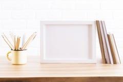 Mesa con la taza y el marco del hierro ilustración del vector