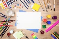 Mesa con las herramientas de dibujo Foto de archivo