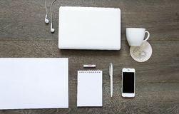 Mesa con las herramientas - ordenador portátil, efectos de escritorio y taza de café Fotografía de archivo libre de regalías
